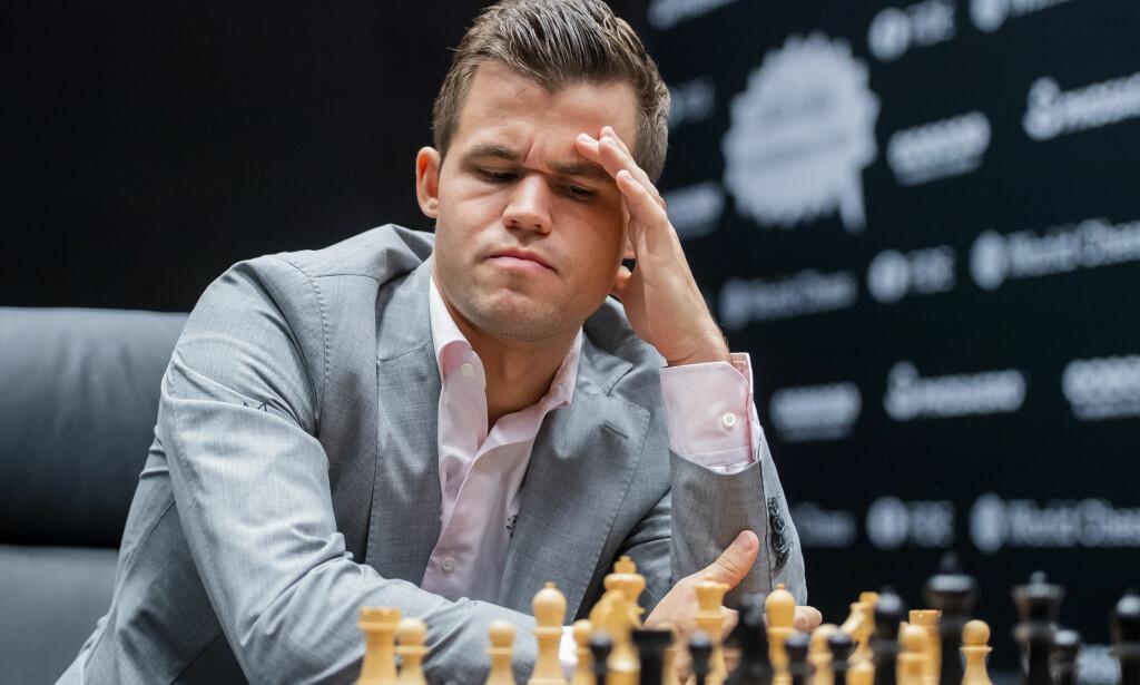 SLITSOMT: Fredagens parti varte i hele sju timer. Dagen etter spilte Carlsen og Caruana i tre timer. Foto: Fredrik Varfjell / Bildbyrån
