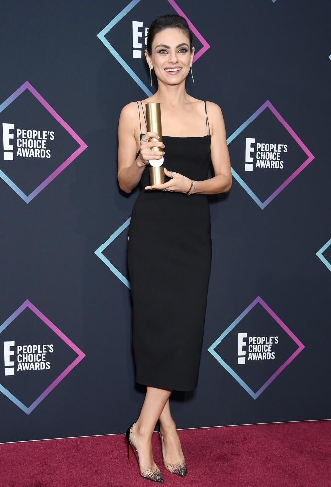 TRYGT VALG: Mila Kunis i en enkel, sort kjole. Skuespilleren vant også prisen for Favorite Comedic Movie Actress. Foto: NTB Scanpix