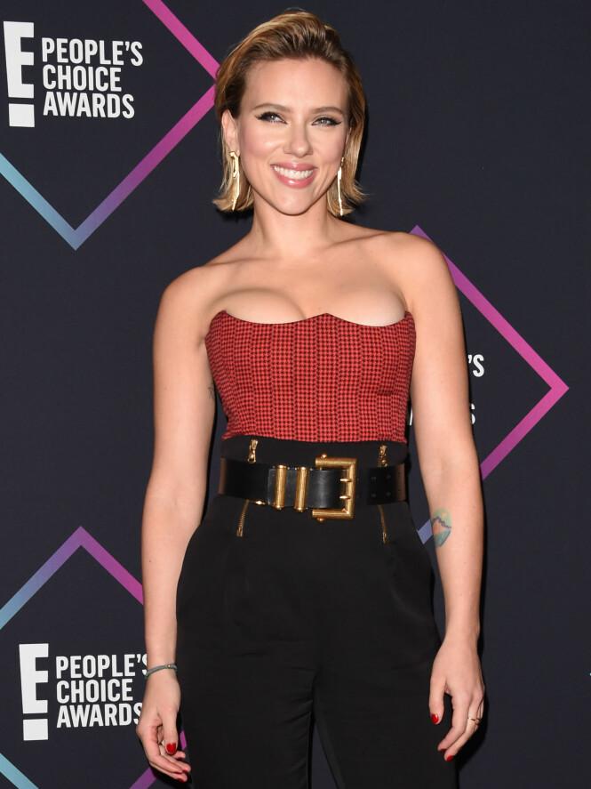 OVERKROPPEN I FOKUS: Scarlette Johansson får mye oppmerksomhet for overdelen til høytlivsbuksen under prisutdelingen. Foto: NTB Scanpix