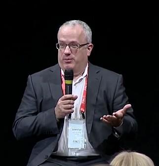 Brendan Eich fant opp JavaScript. Han var lenge leder for Mozilla-prosjektet, som står bak nettleseren Firefox. Her holder han foredrag på konferansen FINJS. 📸: Youtube