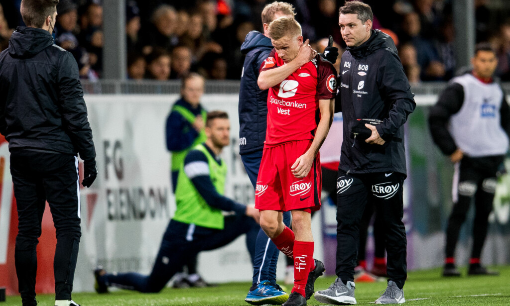 VOND SKULDER: Taijo Teniste holder seg til nakken/skulderen etter sammenstøtet med Kristiansunds Aliou Coly. Foto: Vegard Wivestad Grøtt/Bildbyrån
