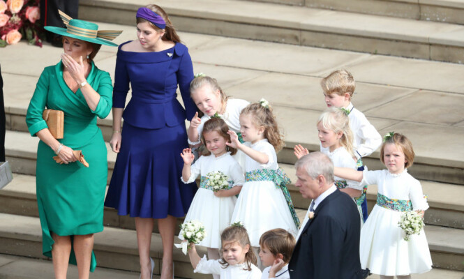 STOLT: I oktober giftet hertuginne Sarahs datter Eugenie seg i Windsor. Her ankommer den stolte mora sammen med brudens søster, prinsesse Beatrice. Foto: NTB scanpix