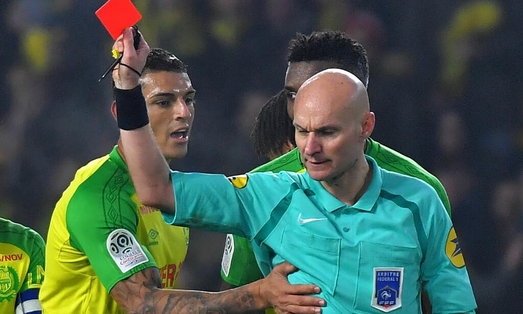 RØDT KORT: Dommer Tony Chapron viser ut Nantes-spiller Diego Carlos fordi han kolliderte med ham. Foto: LOIC VENANCE / AFP / NTB Scanpix