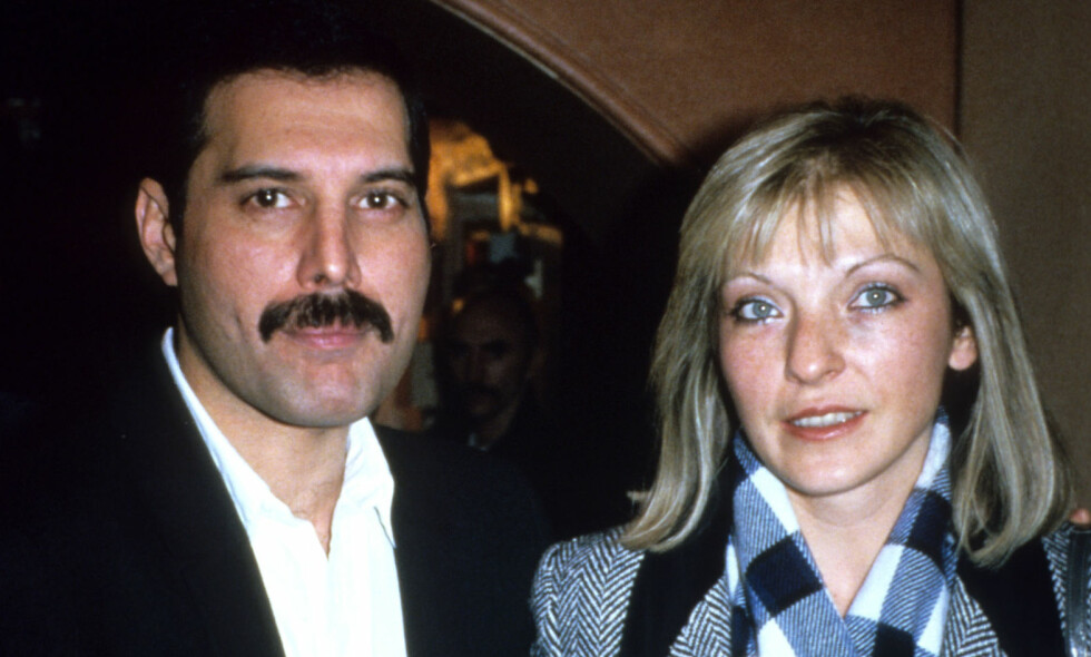 PAR I HJERTER: «Queen»-vokalist Freddie Mercurys kjæresteforhold med butikkmedarbeideren Mary Austin er sagnomsust. Her er de to avbildet sammen i 1985, seks år før Mercury gikk bort. Foto: NTB Scanpix