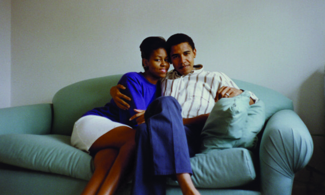 SAMBOERE OG UNGE ADVOKATER: Michelle og Barack Obama fotografert i parets leilighet i Euclid Avenue i Chicago i nærheten av der hun vokste opp. FOTO: Utlånt av Cappelen Damm // «Min historie» av Michelle Obama
