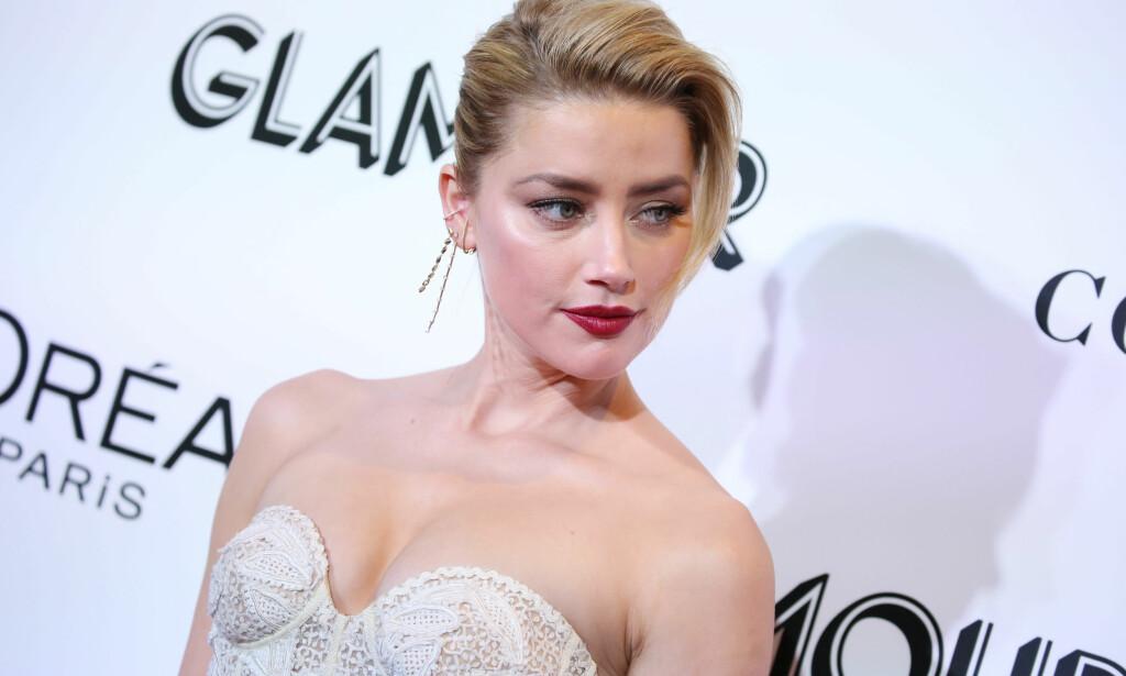 ÆRLIG: Skuespiller Amber Heard har hatt det vanskelig, og fortalte nylig i et intervju om sin erfaring med posttraumatisk stressyndrom. I natt var hun blant mange sterke kvinner på en prisutdeling i New York. Foto: NTB scanpix
