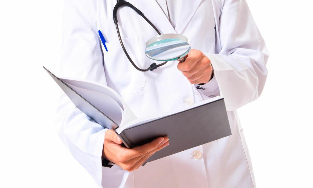 DET ER HELT GRESK! Hvis du leser i din egen journal er det ikke sikkert du forstår alle medisinske ord og uttrykk. Hvorfor bruker legene dette språket? Foto: NTB Scanpix/Shutterstock.