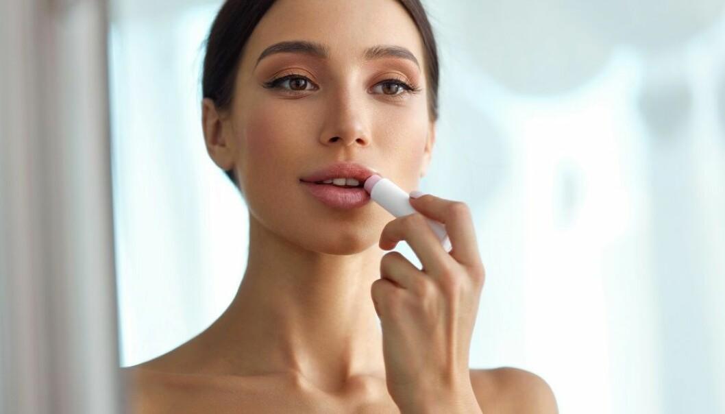MINERALOLJE: - Unngå leppepomade med mineraloljer. Mineraloljer vil bare gjøre leppene tørrere ved å hindre hudens egenproduksjon av barrierestoffer, sier eksperten. FOTO: NTB Scanpix