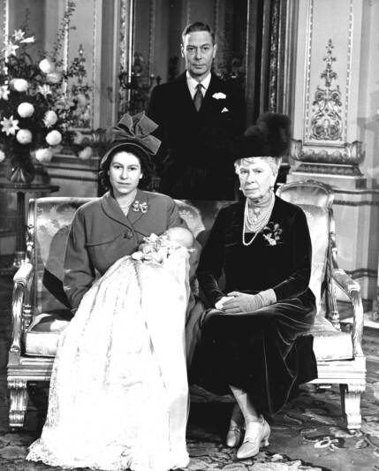 New member: One of the first official photos of Prince Charles, along with Mother Elizabeth, Grandmother Mary and Grandfather King George VI. This is taken during immersion. Photo: NTB Scanpix