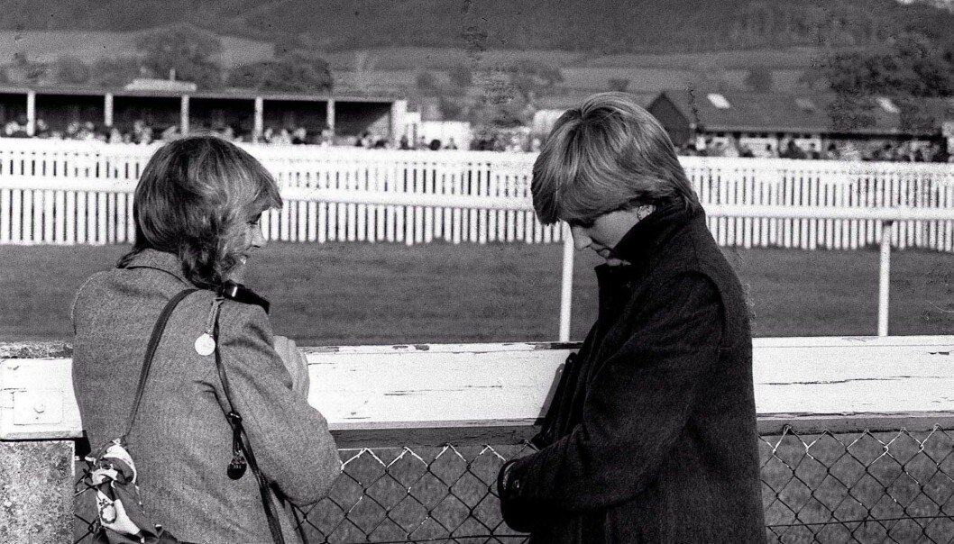 SJELDENT BILDE: Her er Camilla Parker-Bowles og Diana Spencer fotografert under et ridestevne høsten 1980. FOTO: NTB Scanpix