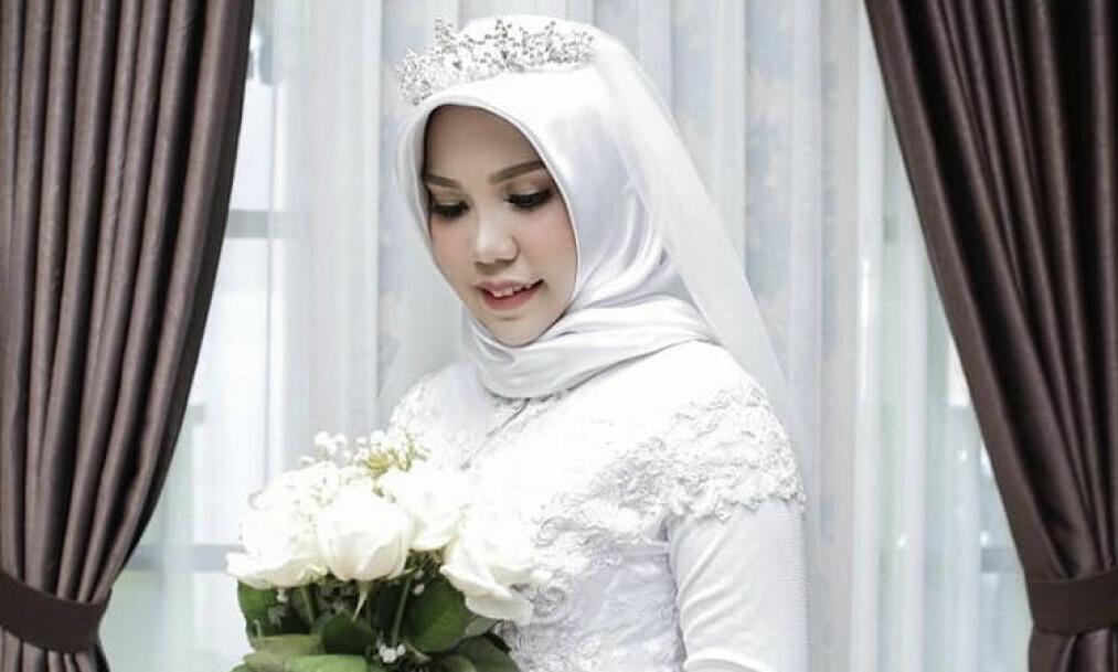 <strong>TOK BRUDEBILDER ALENE:</strong> Intan Syrai lovet forloveden å ta bilder av seg selv i brudekjolen og sende til ham, dersom han ikke rakk hjem til bryllupet. Han var en av de omkomne som døde da Lion Air-flyet styrtet utenfor Jakarta i oktober. Foto: Instagram/@intansyarii