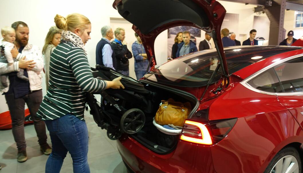 <strong>PÅ VENTELISTE:</strong> Siril Woldstad Sjøflot prøver ut plassen i bagasjerommet i Tesla Model 3, med medbrakt barnevogn. Familien har stått på venteliste for bilen siden dag én. Foto: Fred Magne Skillebæk
