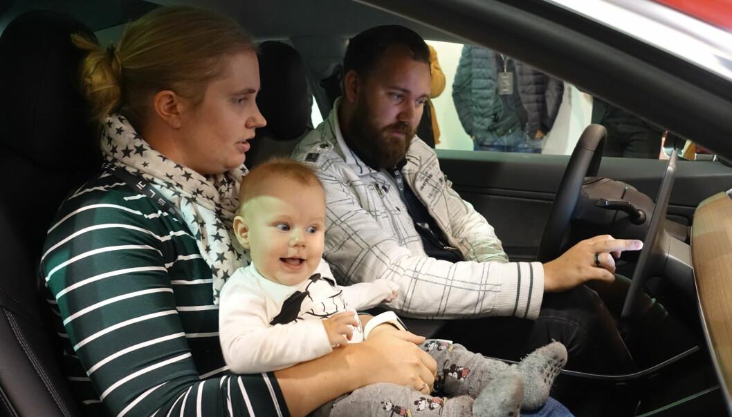 <strong>KJENT SYSTEM:</strong> Paret kjenner seg godt igjen i brukergrensesnittet fra deres nåværende Model S. Foto: Fred Magne Skillebæk