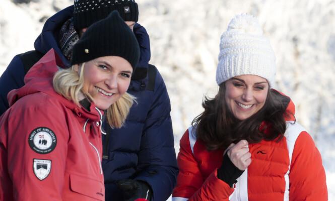 GODE VENNER: Hertuginne Kate og kronprinsesse Mette-Marit på Øvresetertjern i Oslo tidligere i år. Her fikk de se og hilse på barnehagebarn som lærte å gå på ski, og grillet pinnebrød over bålpanne. Foto: NTB Scanpix