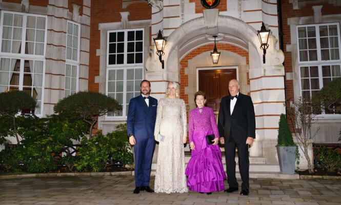KLAR FOR FEST: Kronprins Haakon, kronprinsesse Mette-Marit, dronning Sonja og kong Harald utenfor den norske ambassaden, på vei til Buckingham Palace. Foto: Peter van den Berg