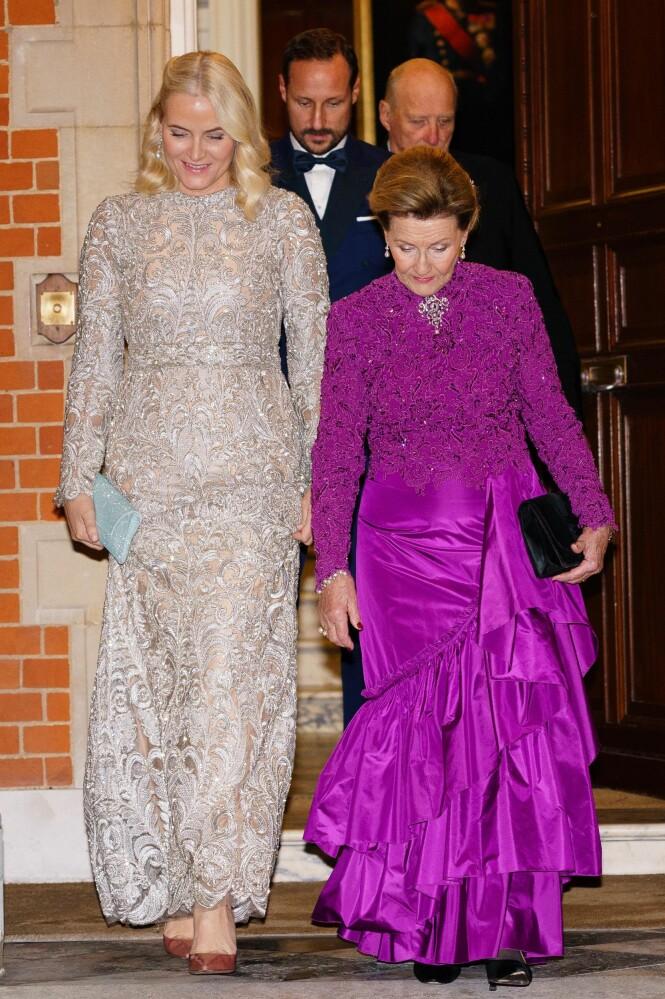 GJENBRUK: Både dronning Sonja og kronprinsesse Mette-Marit valgte å gå for kjoler de gjentatte ganger har brukt på kongelige arrangementer tidligere. Foto: Peter van den Berg