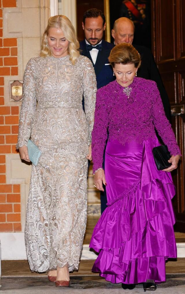 cecb62ed ... GJENBRUK: Både dronning Sonja og kronprinsesse Mette-Marit valgte å gå  for kjoler de