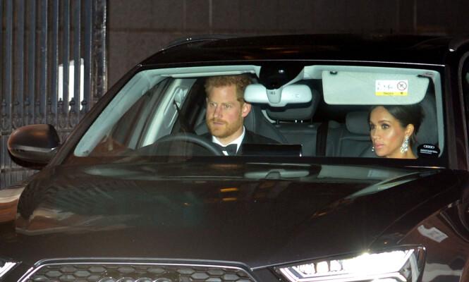 KJØRER SELV: Prins Harry og hertuginne Meghan på vei til prins Charles 70-årsfeiring. Foto: NTB Scanpix