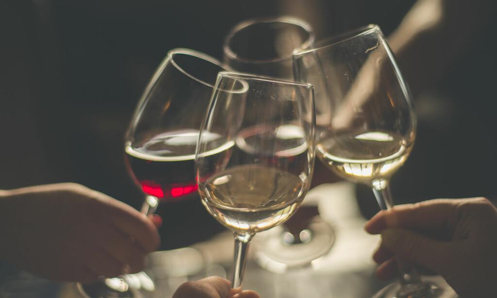 LYKKEPROMILLE: Maks to glass vin på vorspiel er en god begynnelse på en lang kveld. Foto: Shutterstock