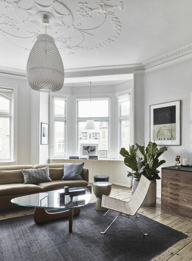 Sofaen er Morosos Shanghai Tip designet av Patricia Urquiola, PK 22-lenestolen er av Poul Kjærholm, og sofabordet er av Isamu Noguchi. Kelimteppet er fra Ilva, og putene er kjøpt i The Travelling Band. FOTO: Birgitta Wolfgang