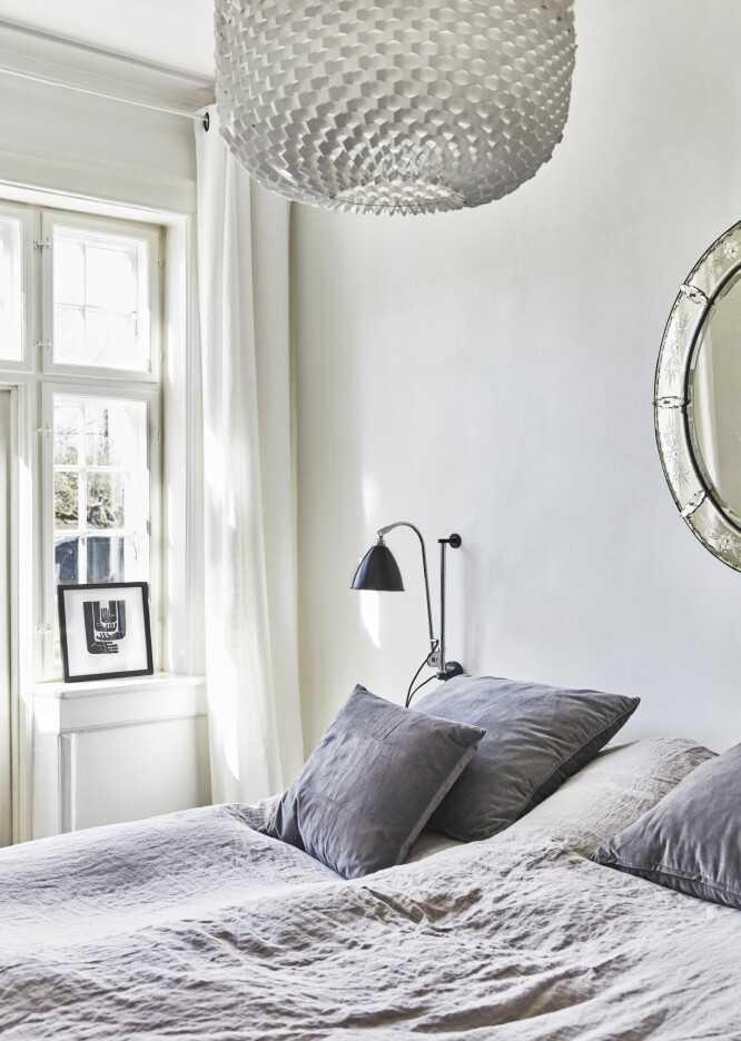 Lin og fløyel er to tekstiler som spiller godt sammen – spesielt på et soverom der det helst skal være en både avslappet, hyggelig og eksklusiv følelse. Vegglampen er fra Bestlite. FOTO: Birgitta Wolfgang