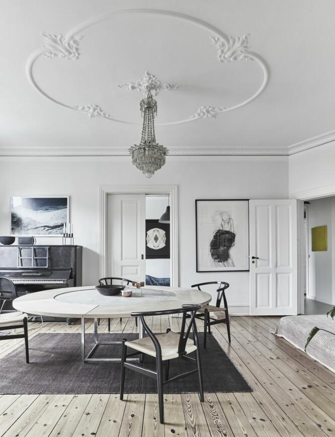 Ikke vær redd for møbler som dominerer rommet hvis du har plass til det. Spesielt ikke hvis du samtidig liker å omgi deg med nips, tilbehør og andre mindre ting. PK54-spisebordet er designet av Poul Kjærholm, og rundt det står Y-stoler av Hans J. Wegner. Gulvteppet er fra Ilva og lysekronen er et arvestykke. FOTO: Birgitta Wolfgang