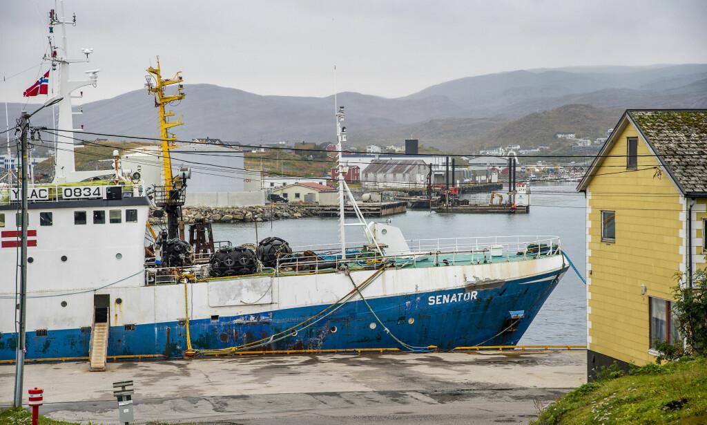 RETTENS VEI: «Senator» ligger fortsatt ved kai i Båtsfjord. Den ble tatt for ulovlig fiske i januar 2017, men rederiet bestrider norsk suverenitet over snøkrabba og har derfor anket helt til Høyesterett.