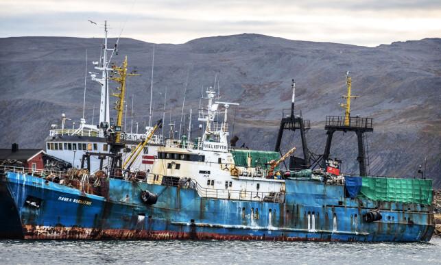 HERRELØST: Et rustent «Pavel Kopytin», papiret eid av russiske Albakor Prim, er et av tre gjenværende snøkrabbeskip i Båtsfjord. Motoren er fjernet og eierne ikke til å få tak i.
