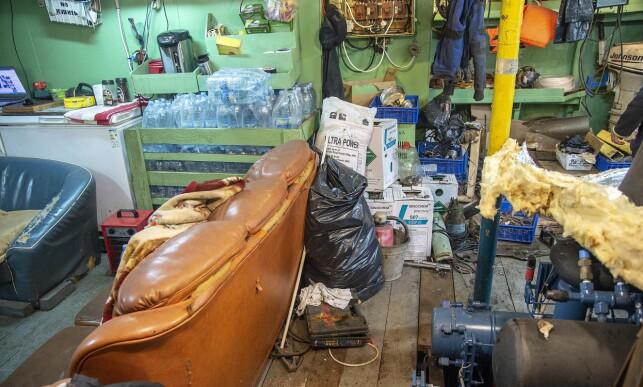 KAOTISK. Rot og slitasje preger «Saldus» da Dagbladet blir vist rundt på skipet. Her et kombinert oppholds- og lagerrom.