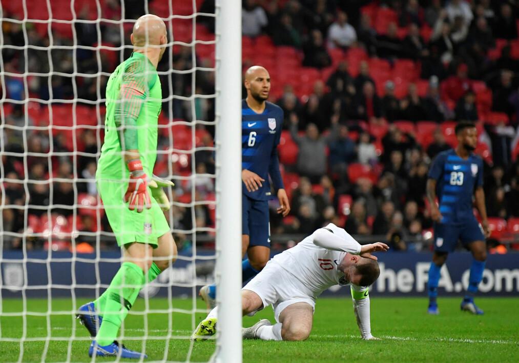 <strong>FORTVILTE:</strong> Wayne Rooney reagerte slik etter å ha bommet på en sjanse. Foto: REUTERS/Toby Melville/NTB Scanpix