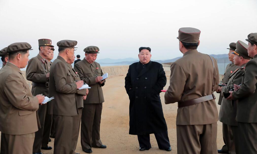 VÅPENTEST: Dette er det eneste bildet som ble offentligjort fra Kim Jong-uns befaring av et nytt ultramoderne våpen. Det er ikke spesifisert hvilket våpen det dreier seg om. FOTO: KCNA / NTB Scanpix