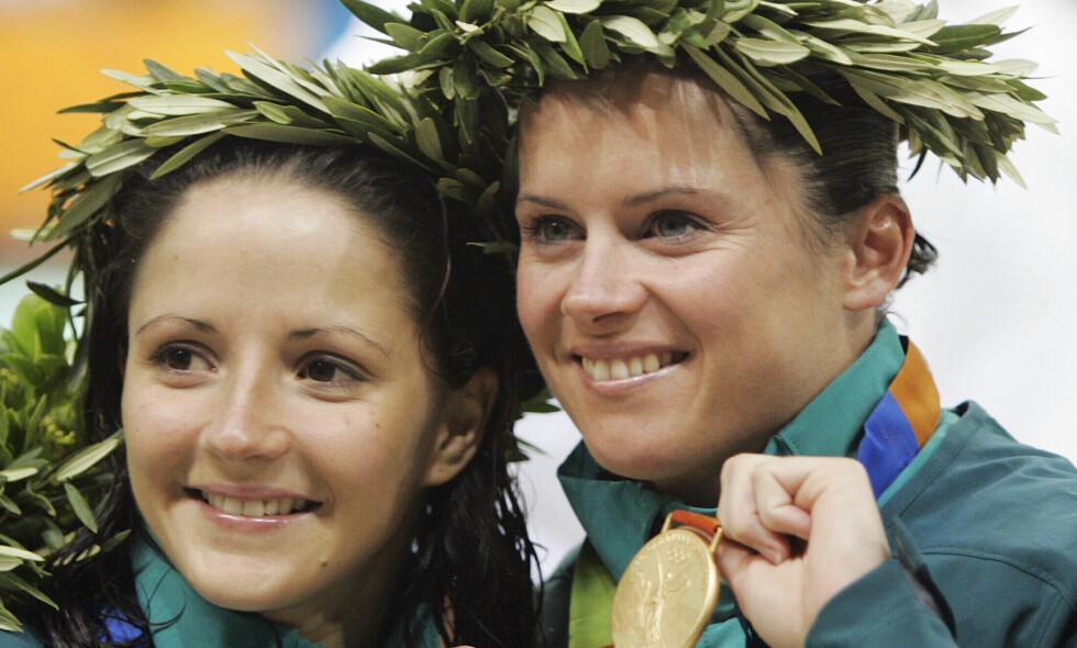 PÅ TOPPEN AV KARRIEREN: Chantelle Newbery, til høyre, vant OL-gull i Athen. Her sammen med lagkamerat Tourkey Loudy etter at de to tok bronse sammen i synkronstup i samme mesterskap. Foto: AP Photo/Mark Humphrey