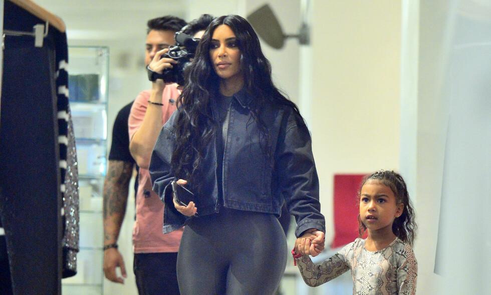 I HARDT VÆR: Da Kim Kardashian nylig la ut et bilde av seg selv og datteren North på Instagram, tok det ikke lange tiden før hun ble beskyldt for å ha redigert datteren tynnere. Foto: NTB Scanpix