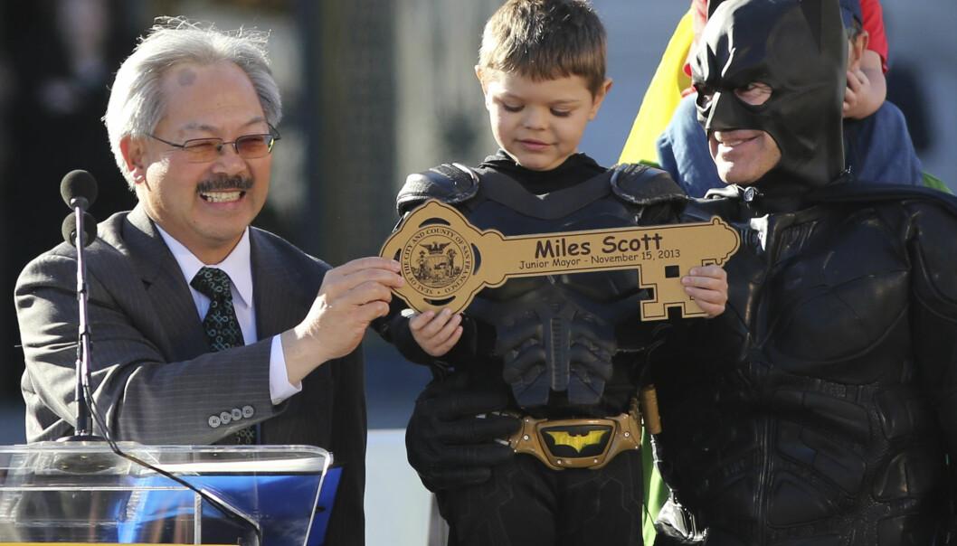 <strong>SUPERHELT:</strong> Her får fem år gamle Miles overrakt nøkkelen til San Francisco fra daværende borgermester Ed Lee, og ble dermed erklært «junior-borgermester». Foto: Reuters / NTB Scanpix