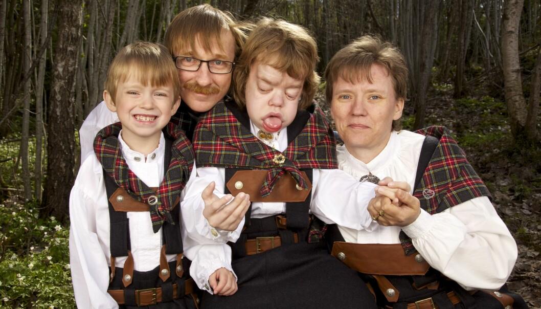 KONFIRMANT: Lillebror Kjell Andre var stolt av storesøster Victoria den dagen hun ble konfirmert. Her er Ida og Kjell Kåre med barna. Foto: Privat