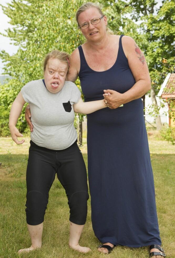 UT PÅ TUR: Ida tar gjerne Victoria med på en liten gåtur når hun besøker datteren. Foto: Svend Aage Madsen/ Se og Hør
