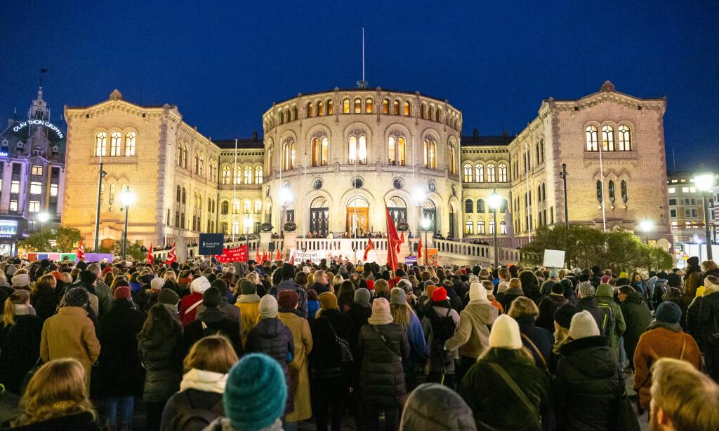 NYE DEMONSTRASJONER: I oktober samlet folk seg til forsvar for abortloven foran Stortinget. Lørdag er det planlagt demonstrasjoner over hele landet, men Kvinnegruppa Ottar nekter menn å tale under demonstrasjonene. Foto: Audun Braastad / NTB scanpix