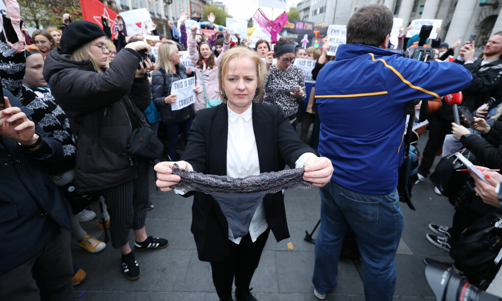 DEMONSTRERER: Det irske parlamentsmedlemmet, Ruth Coppinger holder opp en stringtruse under en demonstrasjon i Dublin. Foto: NTB Scanpix