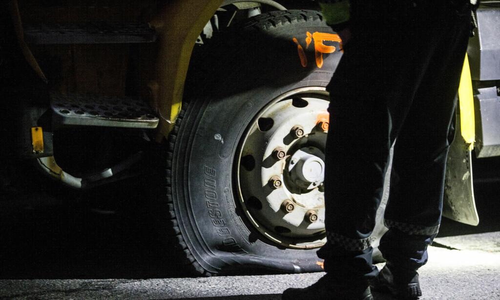 TRE ISTYKKERSKUTT DEKK: Politiet avfyrte skudd mot dekkene på en lastebil de forsøkte å stoppe ved Vinterbro lørdag ettermiddag. Foto: Trond Reidar Teigen, NTB Scanpix.