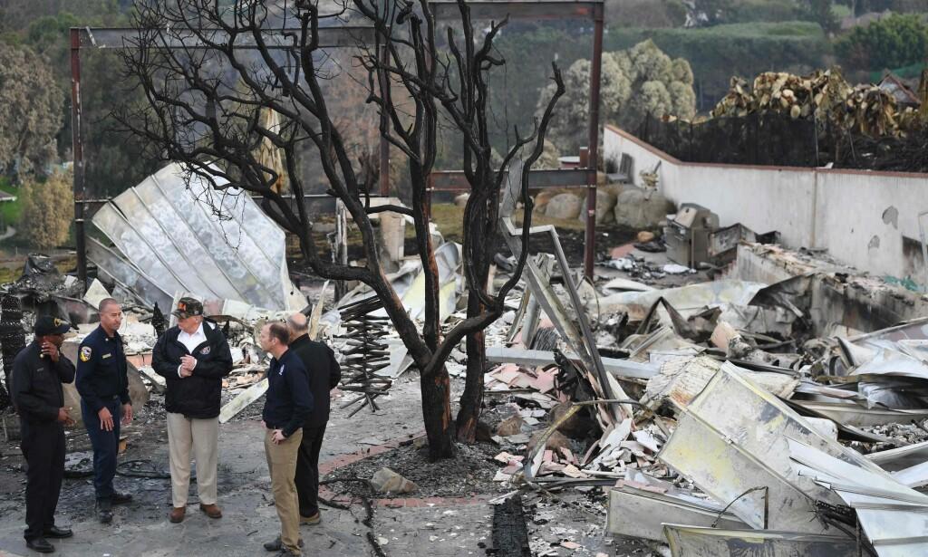 ENORME ØDELEGGELSER: USAs president, Donald Trump, besøkte lørdag de brannherjete områdene i California. Foto: SAUL LOEB / AFP