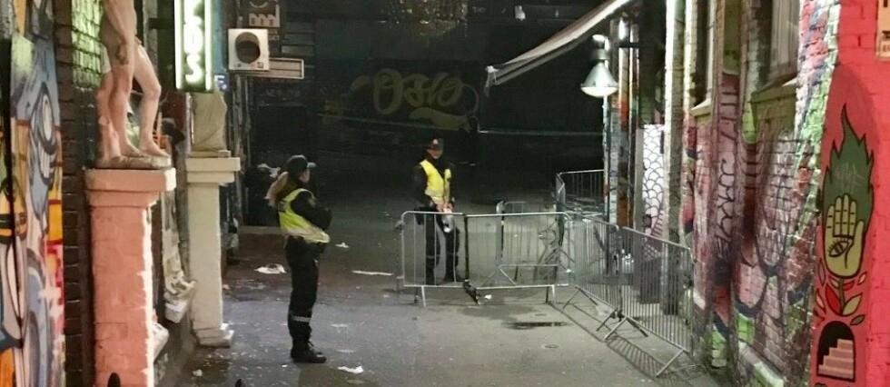 GJENGOPPGJØR: Politiet sperret av rundt utestedet Blå på Grünerløkka i Oslo natt til søndag etter at melding var kommet om to knivskadde gjester. Foto: Ralf Lofstad, Dagbladet.