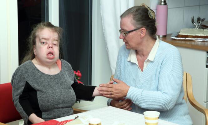 INNFLYTNINGSFEST: Victoria har flyttet for seg selv. Her prøver mamma Ida å få henne til å smake på kaken. Foto: Svend Aage Madsen / Se og Hør