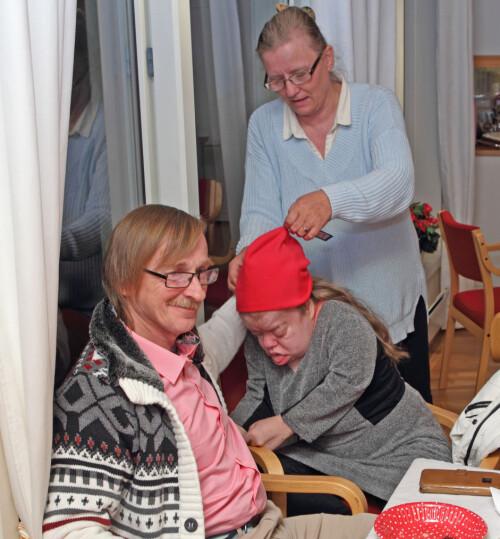 PAPPA-KOS: Victoria elsker å bli klødd bak i nakken av pappa Kjell Kåre. Mamma Ida lar henen prøve en av luene hun fikk i gave på innflytningfesten. Foto: Svend Aage Madsen / Se og Hør