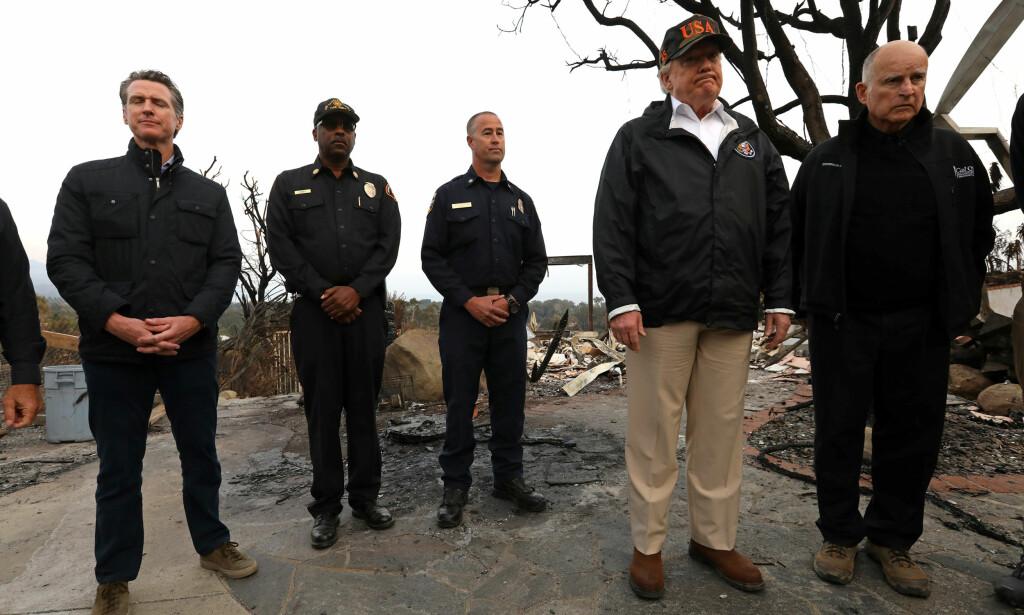 NEDBRENT OG NAKENT: President Donald Trump var på besøk i brannherjede områder i California lørdag - her i Malibu med Californias guvernør Jerry Brown nærmest. Foto: Genaro Molina/Los Angeles Times/Reuters/NTB Scanpix.
