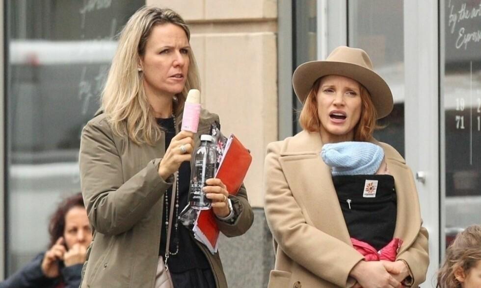 HEMMELIG BABY: Skuespiller Jessica Chastain (t.h.) er blitt mamma for første gang - i all hemmelighet. Her bærer hun på datteren ute i Boston i starten av november. Foto: NTB scanpix