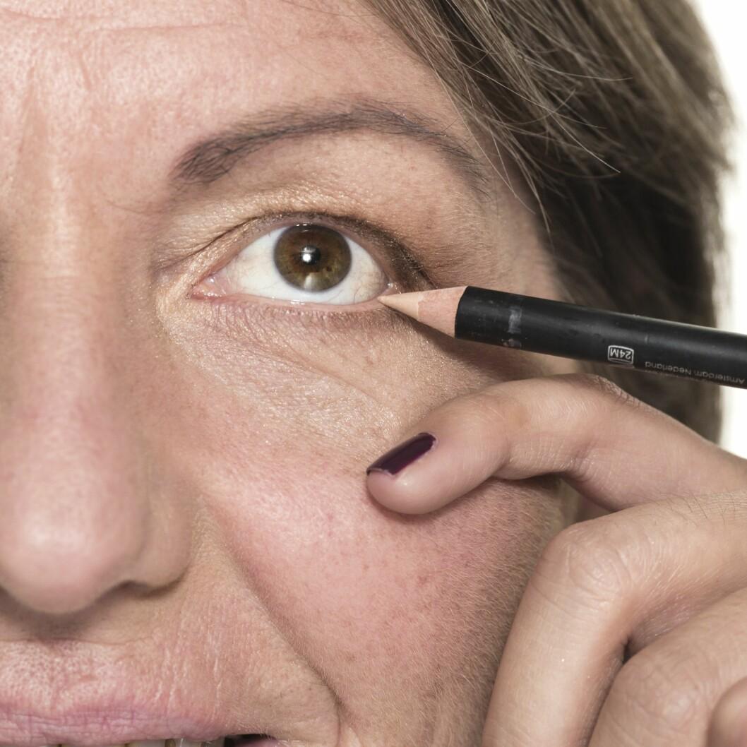 3. Lys eyeliner åpner blikket og demper rødhet som kan oppstå langs den nedre vippelinjen. Velg en ferskenfarget variant istedet for helt hvit for et naturlig resultat, og legg den på hele våtkanten.