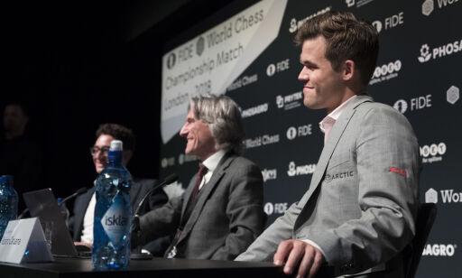 image: Carlsen måtte spise egne ord. Fikk salen til å bryte ut i latter