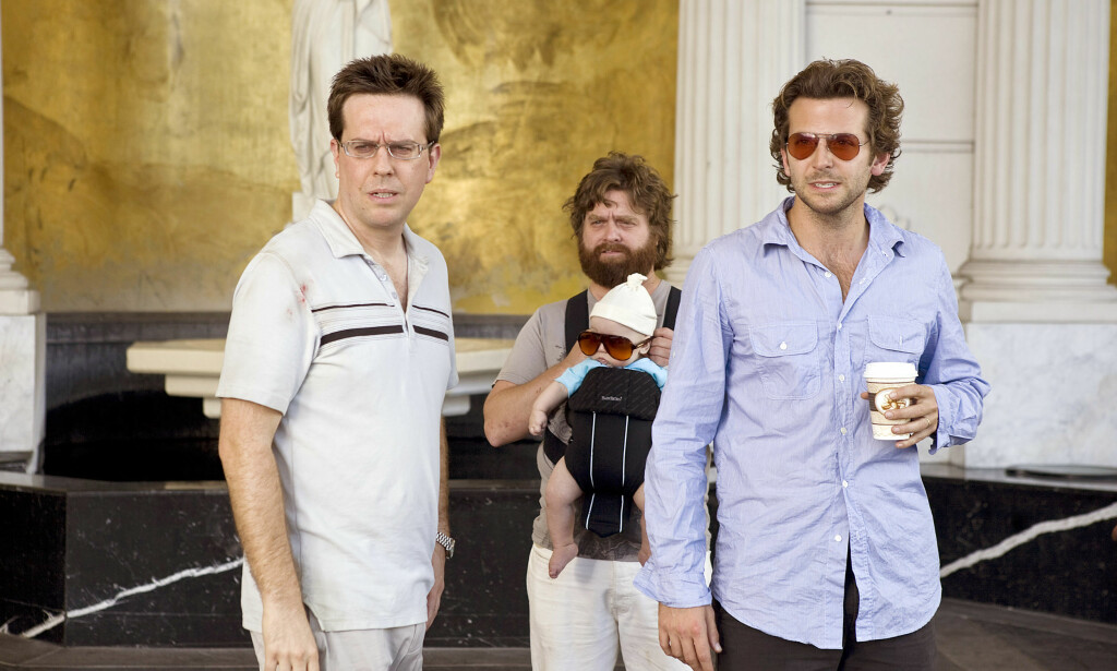 UT PÅ TUR: Når trioen finner en baby i skapet på hotellrommet, blir de tvunget til å ta ham med seg på reisen. Foto: NTB Scanpix