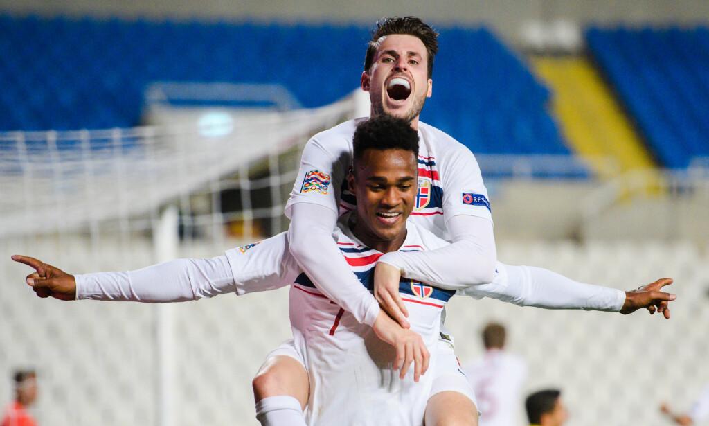 TO AV DE BESTE: Ole Kamara scoret begge målene og feirer 2-0 med arkitekten til 1-0 på ryggen. Et bilde på Norges store triumf i Nicosia. Det beste bildet av dem alle. Foto: Bildbyrån