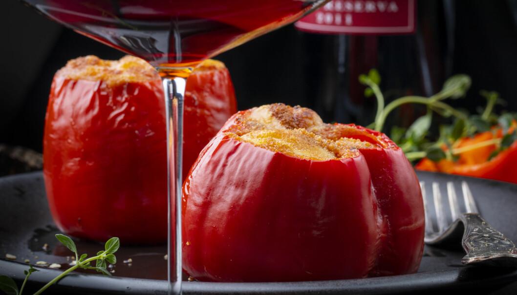 <strong>SPANSK OG NORSK:</strong> - En masse klassiske, spanske retter passer glitrende til denne rødvinen. Norsk lammekjøtt gjør seg godt også, mener matredaktør i Aller, Christopher Sjuve, og deler denne oppskriften på bakt paprika med lammekjøtt. Du trenger to paprikaer, en boks tomater og to lammekoteletter. Forvarm ovnen til 220 grader. Skjær kjøttet av beinet. Del i små biter og ha i en stekepanne sammen med tomatene. Bland godt sammen og smak gjerne til med litt rosmarin, salt og pepper.  Kutt toppen av paprikaen, fjerne innholdet (frøene) og fyll med lammekjøtt-blandingen. Bak i ovnen, gjerne med litt ost/brødkrumme på toppen. Foto: Lisbeth Michelsen